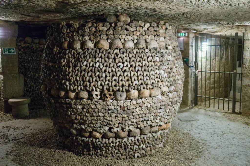 pillier d'os et de crane des catacombnes de paris